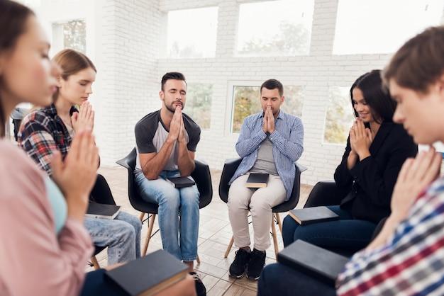 Incontro con persone in terapia di gruppo. sessione di psicoterapia di gruppo
