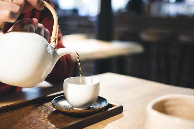 Incontro con un amico con una tazza di tè verde