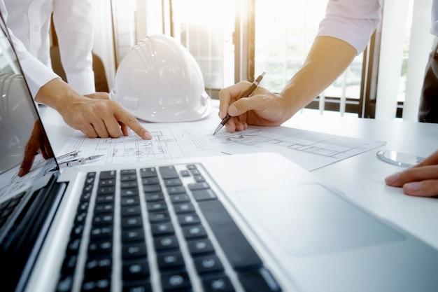 Incontro di ingegnere per il progetto architettonico che lavora con il partner