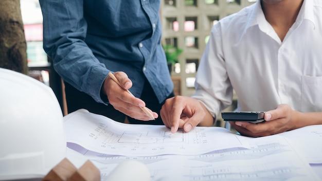 Incontro di ingegnere per progetto architettonico