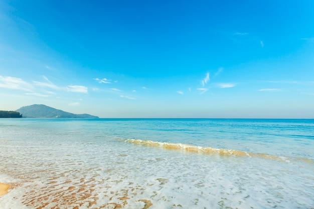 Incredibile cielo blu e calmo mare delle andamane al mattino bella sabbia bianca