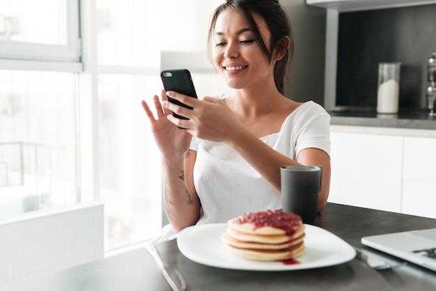 Incredibile giovane donna in chat per telefono