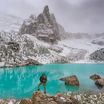 Incredibile lago con insolito colore dell'acqua