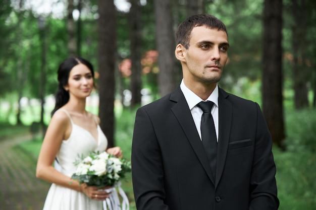 Incredibile matrimonio una coppia innamorata, una bella sposa e uno sposo elegante dopo la cerimonia nuziale
