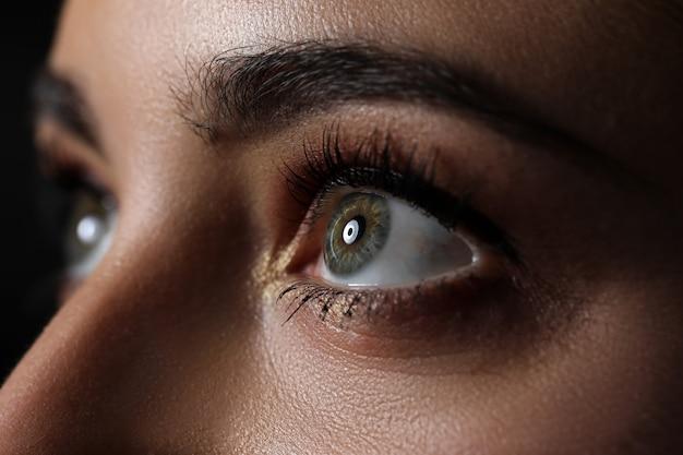 Incredibile occhio femminile di colore verde e grigio