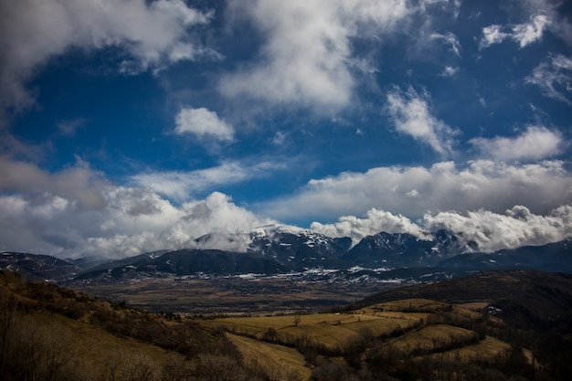 Incredibile paesaggio di montagne contro il cielo