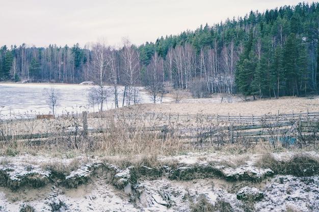 Incredibile paesaggio invernale. bellissimo lago nella foresta. eccellente fiaba russa invernale