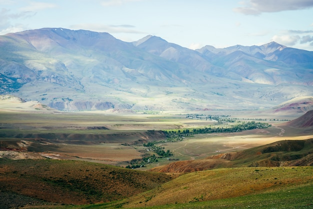 Incredibile paesaggio montano vivido con piccolo fiume nella valle