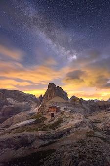 Incredibile via lattea sopra la montagna delle dolomiti, italia.