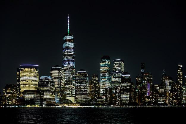 Incredibile vista panoramica della skyline di new york city e grattacielo in bella vista notturna nel centro di manhattan ny us