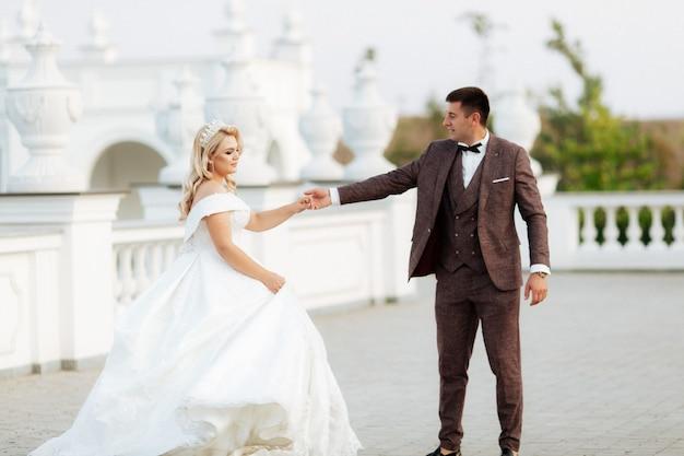 Incredibili sposi sorridenti. bella sposa e sposo elegante.