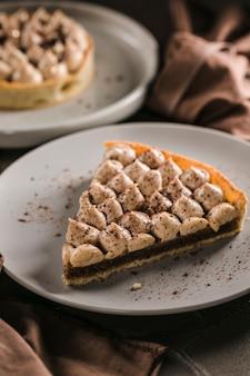 Incredibilmente delizioso, biscotto alle noci, crema di mandarino con note di timo, crema a base di cioccolato belga