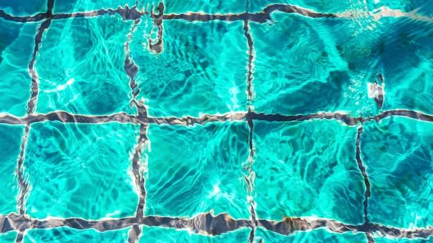 Increspature dell'acqua sullo sfondo della piscina