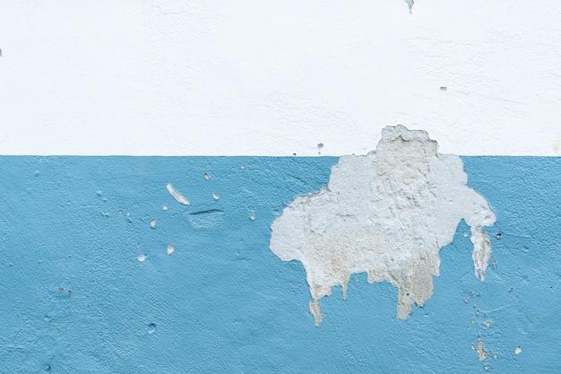 Incrinato il vecchio colore delle pareti, la vernice superficiale sulle pareti è danneggiata.