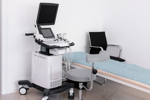 Indagine di usg della mano del medico della macchina di ultrasuono
