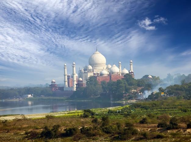 India. agra. una vista del taj mahal da una parete del forte rosso.