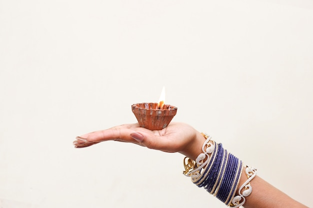 Indian festival diwali, lampada in mano