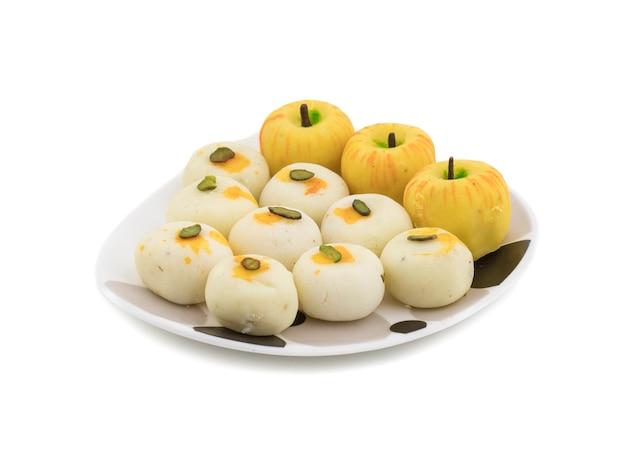 Indian mix sweet food peda a forma di mela con peda bianco