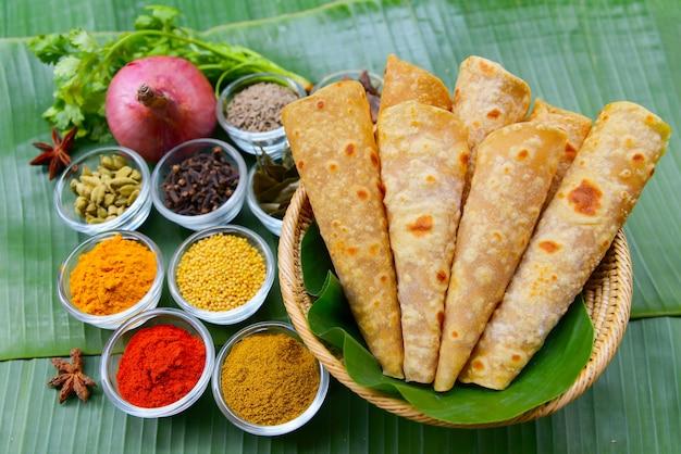 Indiano piccante al curry o aloo masala servito con roti o chapati