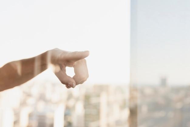 Indicare il riflesso del dito sulla finestra