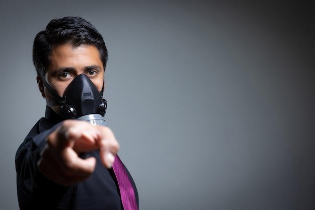 Indicare la persona che si protegge con una maschera pandemica dal coronavirus