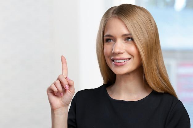 Indicare sorridente della giovane donna