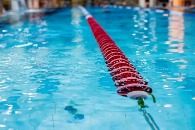 Indicatore rosso del vicolo di nuoto nella piscina.