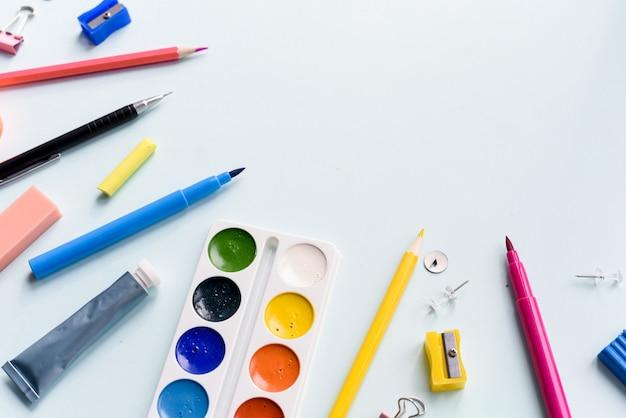 Indicatori e vernice su una priorità bassa bianca