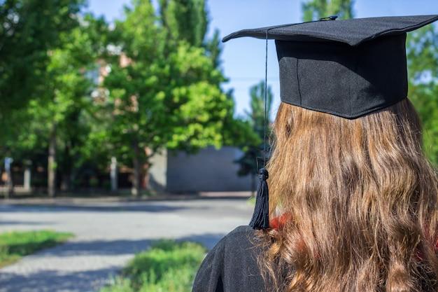 Indietro del laureato il giorno della laurea
