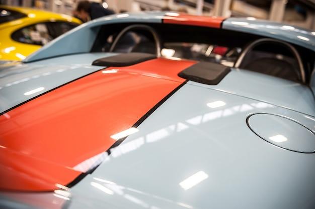 Indietro di un'auto sportiva blu