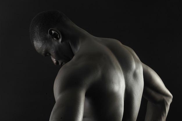 Indietro di un ragazzo africano nudo