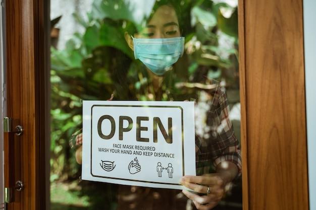 Indossa maschere, mantieni la distanza e lava il segno della mano