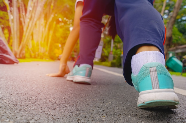 Indossa scarpe e sale sulla strada