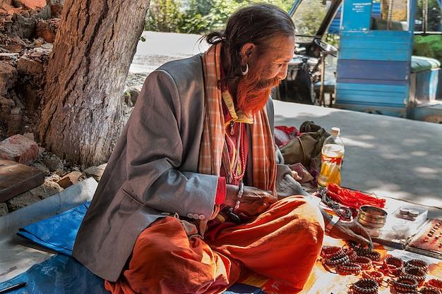 Indù maschio indiano vende gioielli indiani