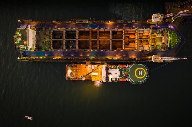 Industria cantiere e riparazione di grandi navi nella vista aerea del mare di notte