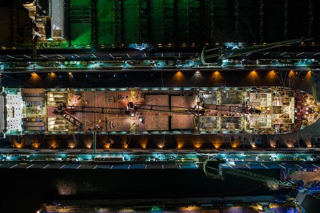 Industria del cantiere navale grande sul mare alla notte nella vista aerea della tailandia