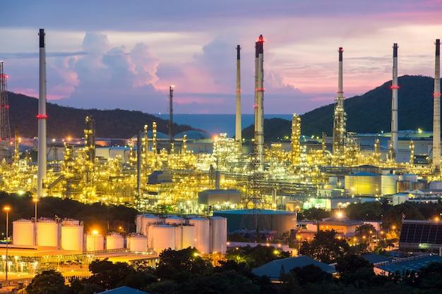 Industria manifatturiera. fabbrica dell'industria di refiney dell'olio alla notte.