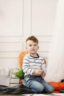 Infanzia. giovane ragazzo a casa