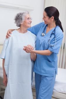 Infermiera che assiste un paziente anziano