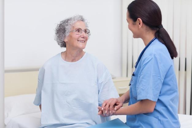 Infermiera che conforta un paziente