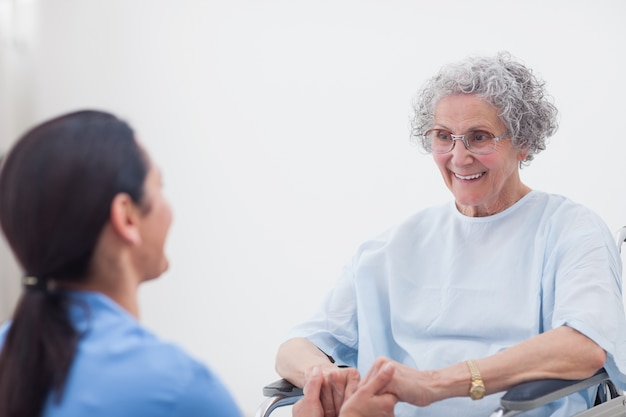 Infermiera che si tiene per mano di un paziente
