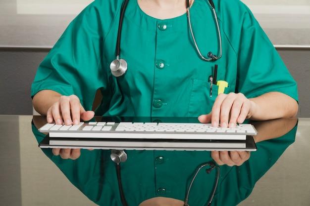 Infermiera con la tastiera