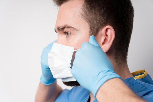 Infermiera del primo piano che porta mascherina medica