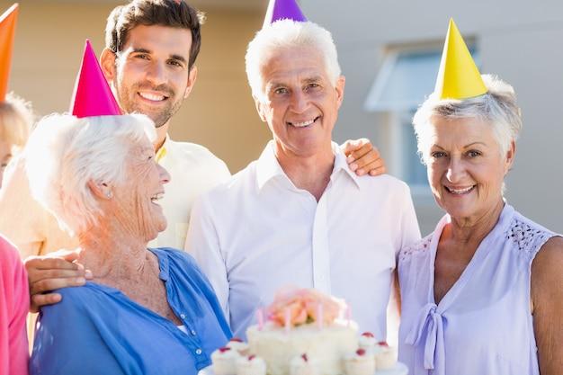 Infermiera e anziani che festeggiano un compleanno