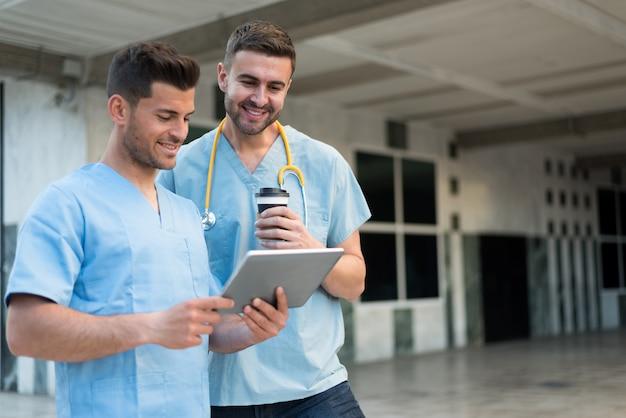 Infermiera maschio con stetoscopio e tablet