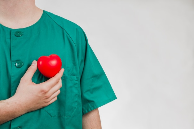 Infermiera mostrando cuore di plastica