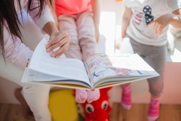 Infermiera mostrando le immagini ai bambini