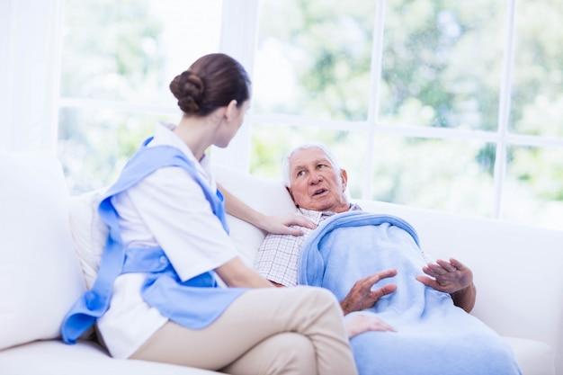 Infermiere prendersi cura del paziente anziano malato a casa