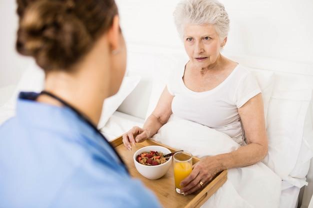 Infermiere prendersi cura del paziente anziano sofferente a casa