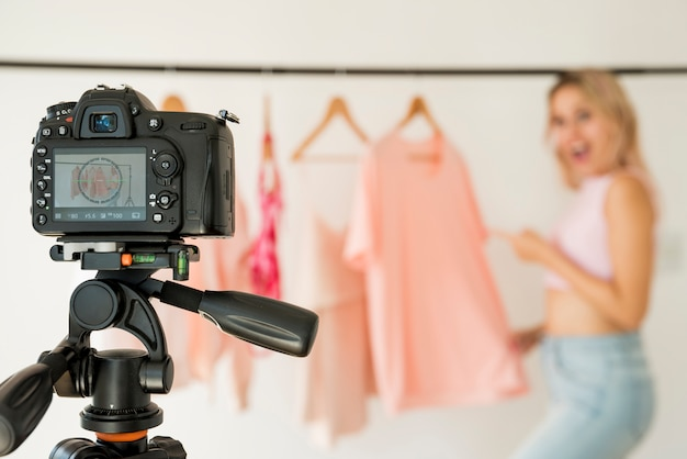 Influencer bionda che registra video di moda